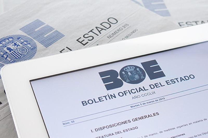 BOE en una tableta y la versión en papel