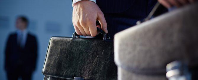 manos con maletín