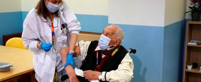 Enfermera vacunando a un aciano