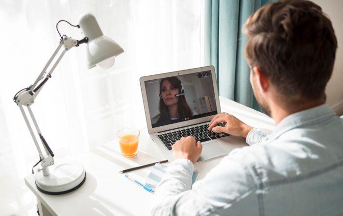 Hombre en casa en una videoconferencia