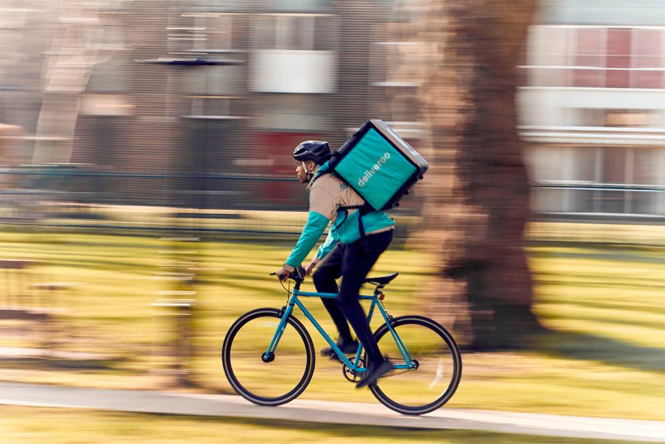 Ciclista con mochila de Deliveroo