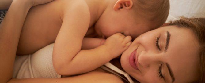 Madre y bebé tumbados