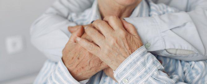Pareja de ancianos cogidos de las manos