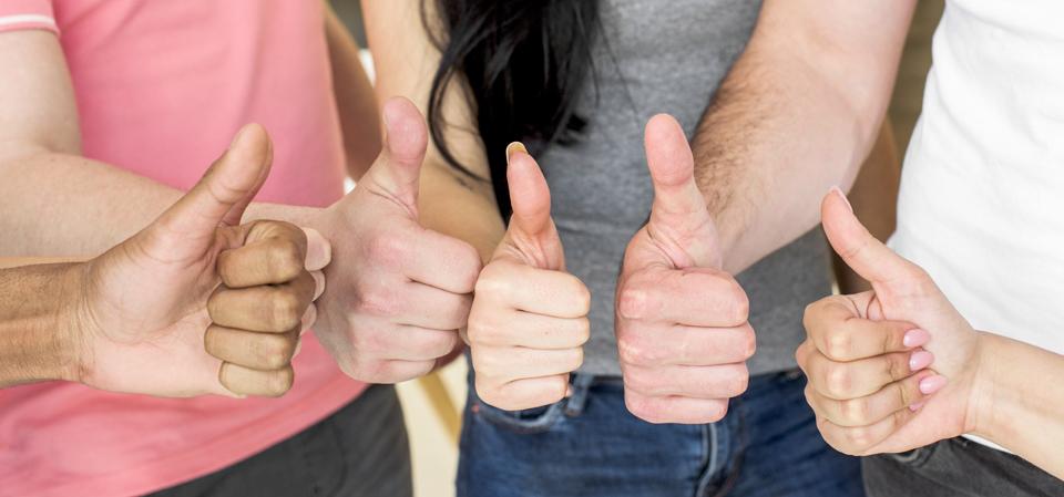 grupo de personas muestran gesto de pulgar arriba