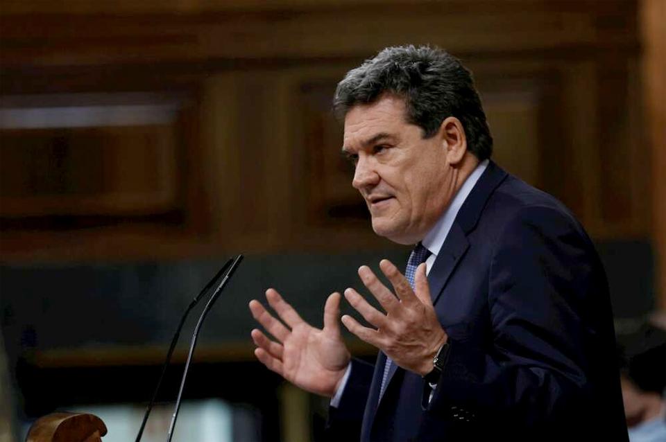 El ministro de Inclusión, Seguridad Social y Migraciones, José Luis Escrivá, durante su intervención en el pleno del Congreso