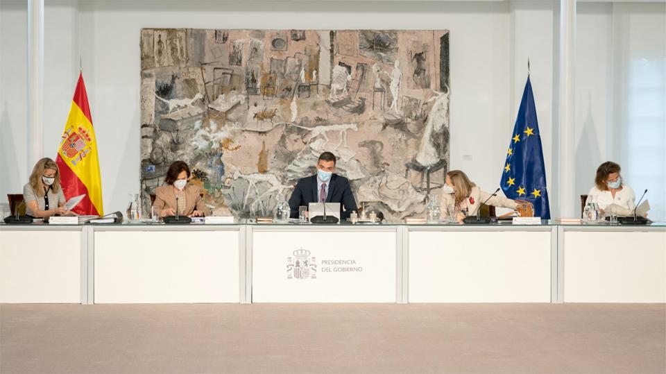 El presidente del Gobierno, Pedro Sánchez, y las cuatro vicepresidentas en el Consejo de Ministros