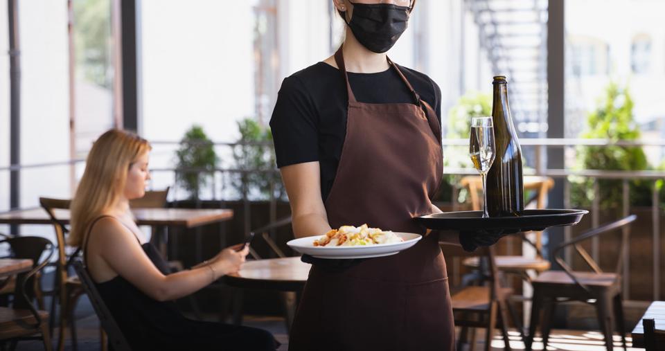 camarera trabajando con mascarilla