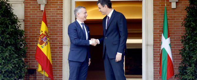 El presidente del Gobierno, Pedro Sánchez, recibe al lehendakari del Gobierno Vasco, Iñigo Urkullu, en La Moncloa.