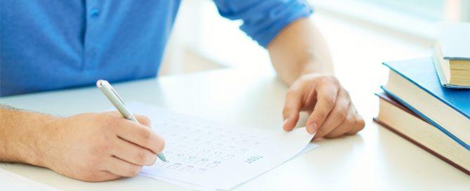 persona con un bolígrafo rellena un test